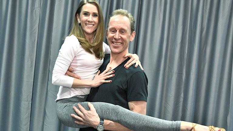 Gunde Svan håller upp sin danspartner.