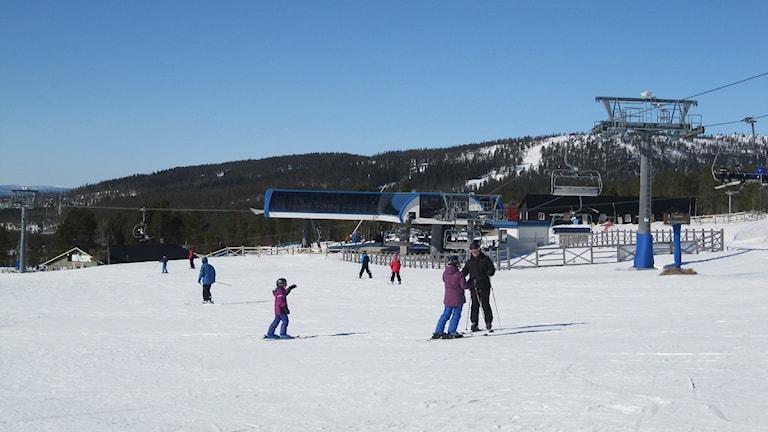 Turister åker skidor på Idre Fjäll.