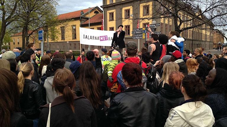 Dalarna Mot Rasism planerar stor motdemonstration mot nazistiska Nordiska Motståndsrörelsen på 1 maj i Falun. Bilden är tagen vid en tidigare manifestation. Foto: Jennie-Lie Kjörnsberg/Sveriges Radio Dalarna