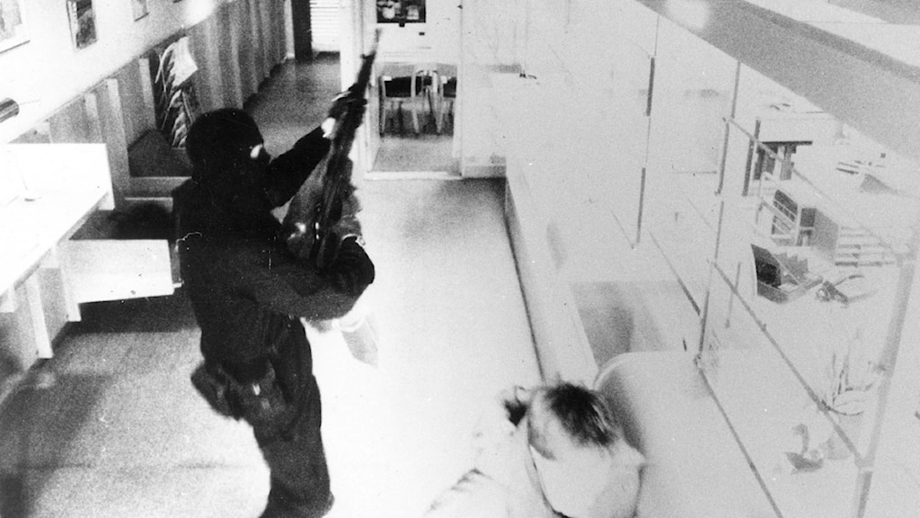Bild från Handelsbankens övervakningskamera som visar en ur medlemarna i militärligan vid dubbelrånet i Ösmo. Posten och Handelsbanken rånades på exakt tre minuter Foto: Bankens kamera.