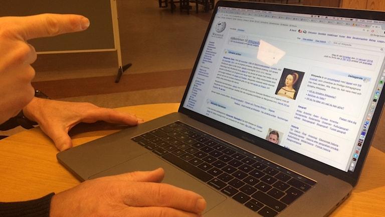 Dataskärm med Wikipedias sida uppe.