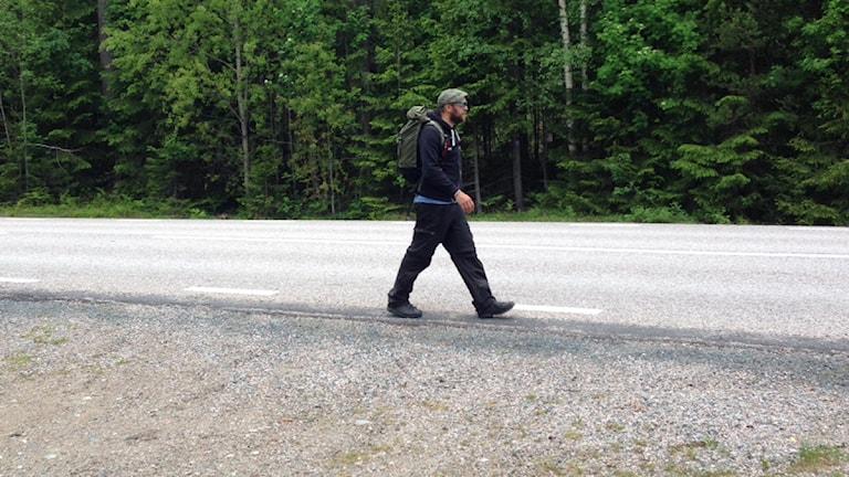 Stiko Per Larsson vandrar in i Dalarna. Foto: Karin Casslén / Sveriges Radio.
