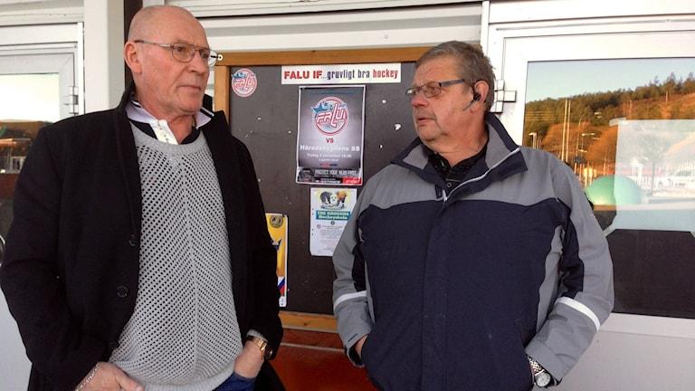 Tapio Dersten och Bertil Hessel jobbar som vaktmästare i ishallen. Foto: Eva Rehnström/Sveriges Radio.