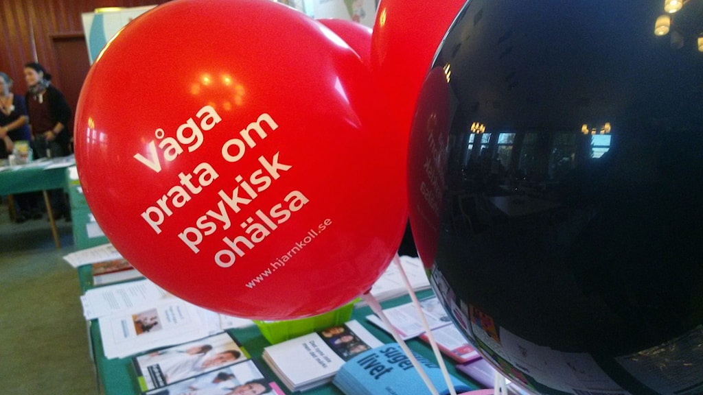 Ballonger från Hjärnkoll med uppmaningen att våga prata om psykisk ohälsa.