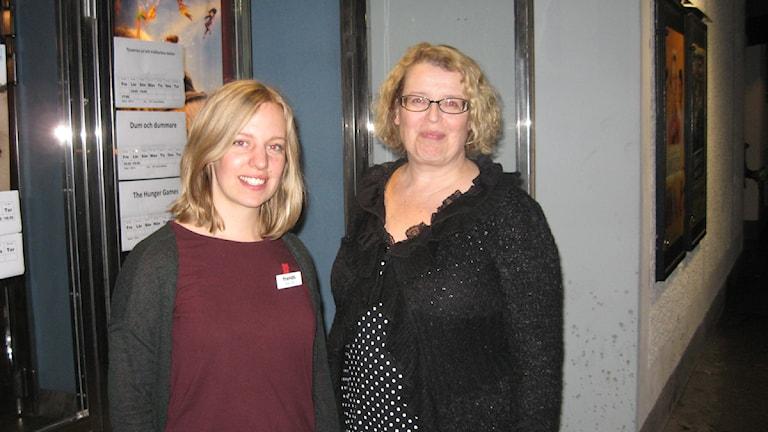 Celia Cox och Lena Johansson på väg in till mötet i Wasa bio i Rättvik. Foto: Stefan Ubbesen