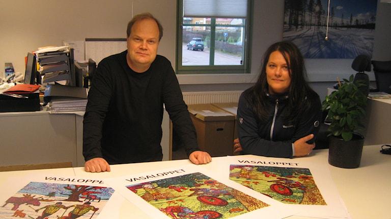 Konstnären Fredrik Lindqvist och Maria Ljung vid Fredriks prisade Vasaloppsmotiv. Foto: Stefan Ubbesen