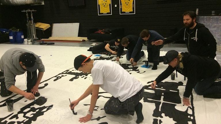 Leksands Tifo Crew i full färd med flaggmålning. Foto: Sveriges Radio