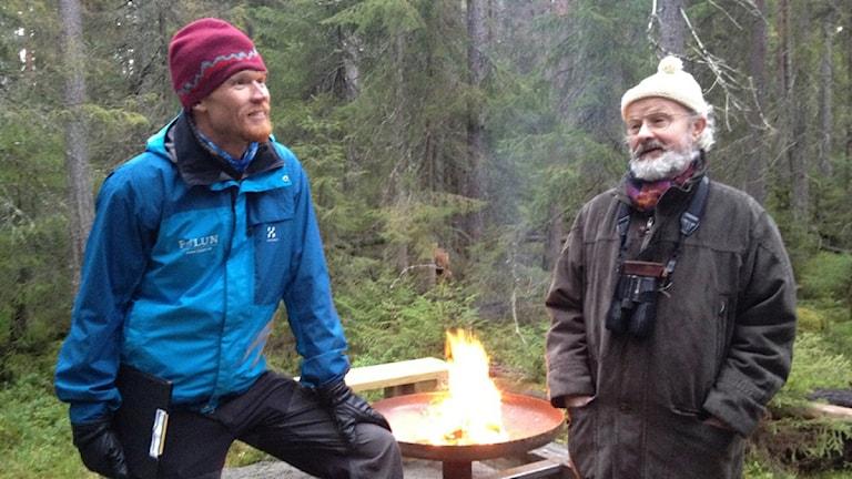 Pär Karlsson och Richard Holmqvist vid den nybyggda rastplatsen