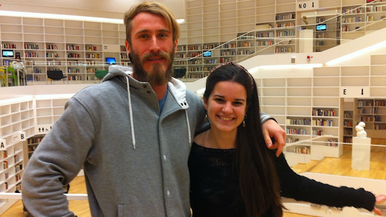 Den österrikiska studenten Martin Lorez tillsammans med sin spanska klasskamrat Alva Urpi. Foto: Kristian Åkergren/Sveriges Radio