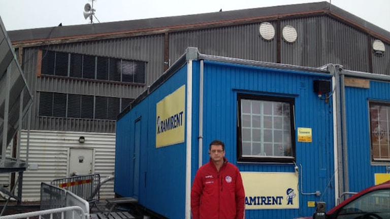 Per Magnell utanför baracken vid ishallen som nu är hans kontor. Foto: Matilda Eriksson Rehnberg, sveriges radio.