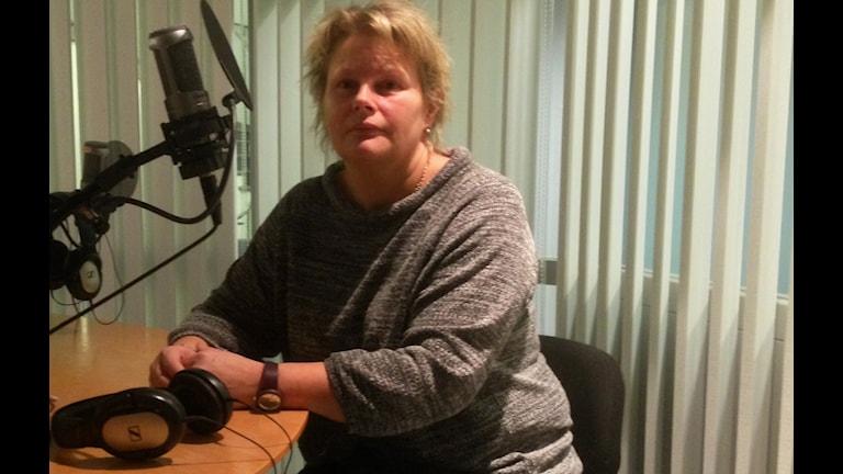 Carina Augustssons son Jonathan blir sjuk av att vistas i ishallen i Falun. Foto: Eva Rehnström/Sveriges Radio