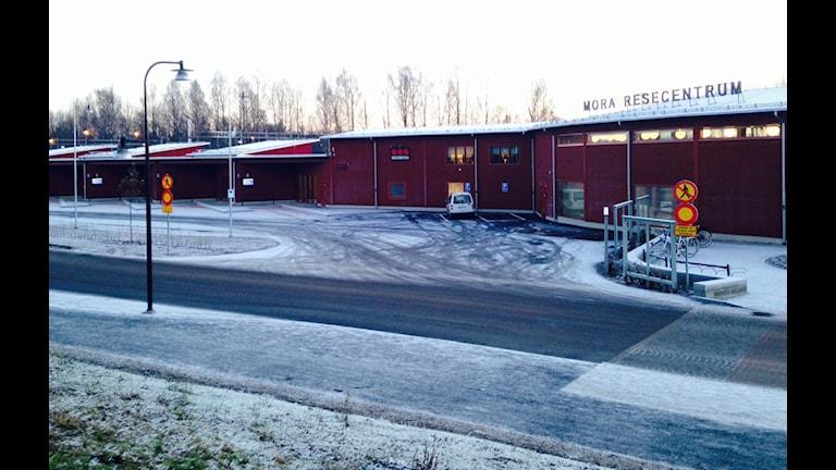 De nya bussfickorna vid Resecentret i Mora ökar risken för olyckor, anser huvudskyddsombud för fackförbundet Kommunal. Foto: Jennie-Lie Kjörnsberg/Sveriges Radio