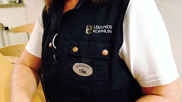 Väst som Leksands kommun bekostat till hemtjänstpersonalen. Buren av Elin Ersdotter.