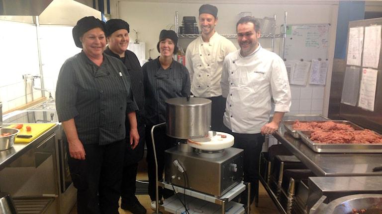 Vikarbyskolans kökspersonal är supernöjda med köttebullemaskinen. Foto: Elina Mattsson.