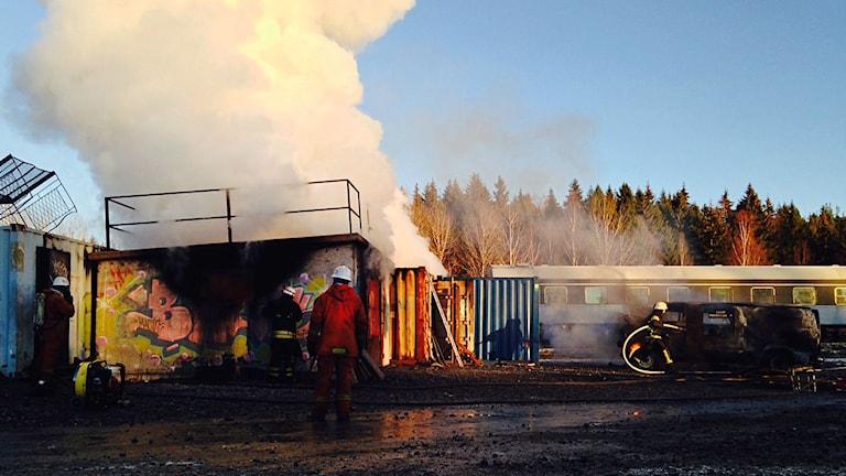 Blivande deltidsbrandmän övar på Bysjöns utbildningsområde i Borlänge.