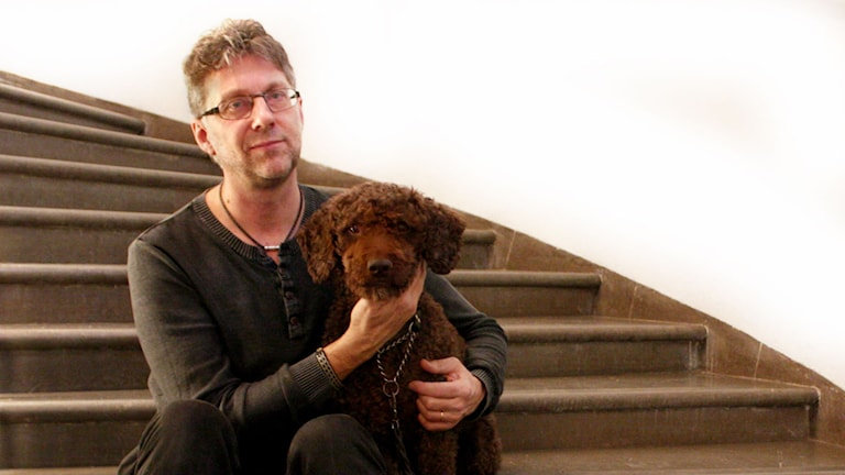 Hunden Cornelis och hans Husse Ulf Lundén, kulturredaktör Dala-Demokraten.