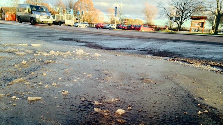 Isfläck vid genomfartsvägen i centrala Mora, december 2014.