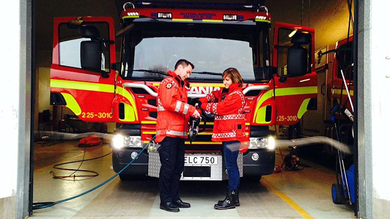 Peter Bäcke, ställföreträdande räddningschef i Mora, samt Anna Hed (C), kommunalråd i Mora, inviger Moras nya brandbil, december 2014.