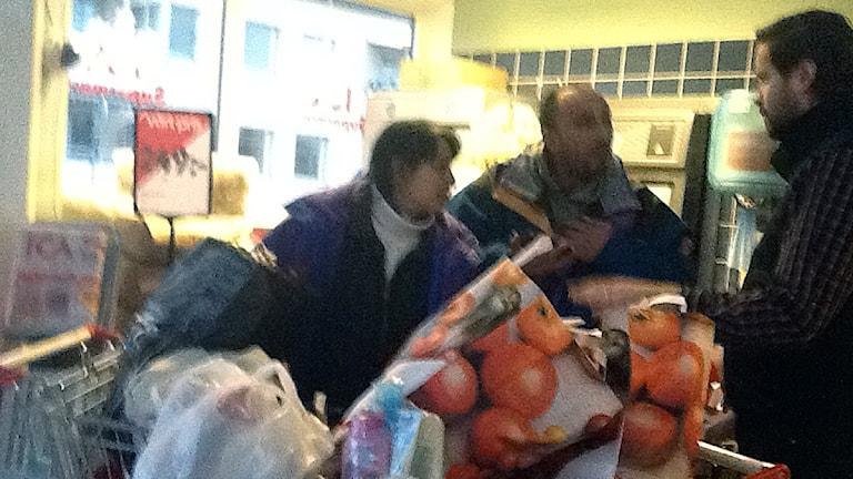 Här får paret mat av butikschefen Niklas Ingemarson. Foto: Gunilla Barkar.