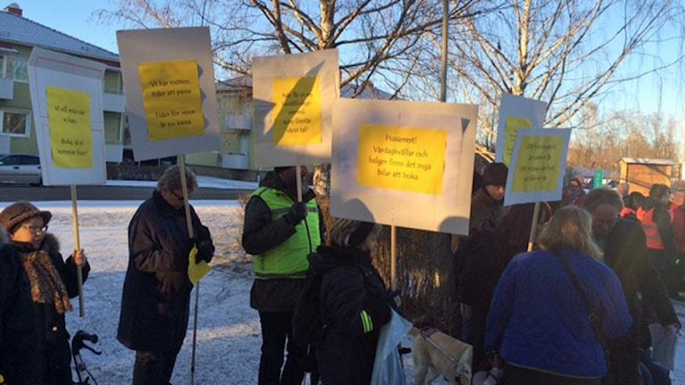 Människor demonstrerade igår mot färdtjänsten.
