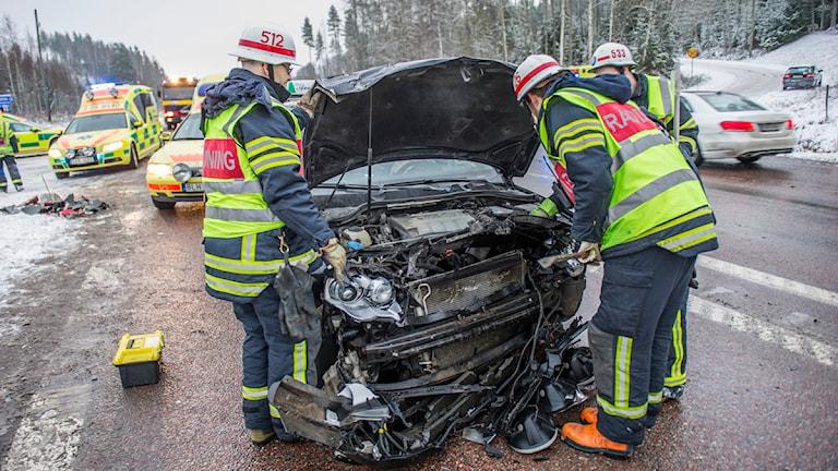 Fyra personer har förts till sjukhus efter en krock på riksväg 70 i höjd med Västerby. Foto: Niklas Hagman