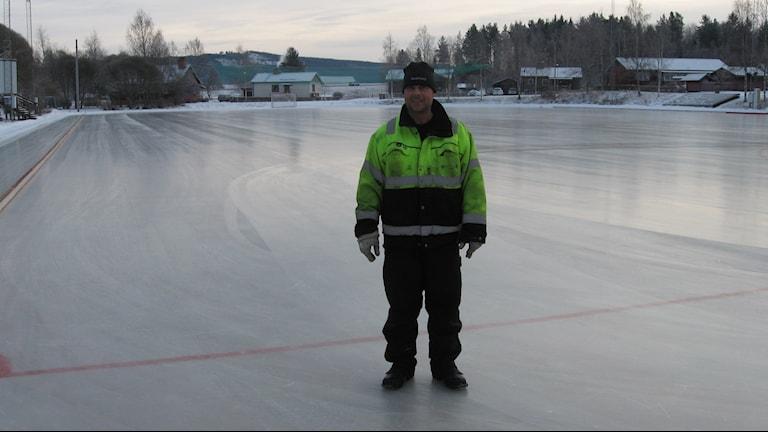 Magnus Henningsson fixar isen på Liljansvallen. Foto: Stefan Ubbesen