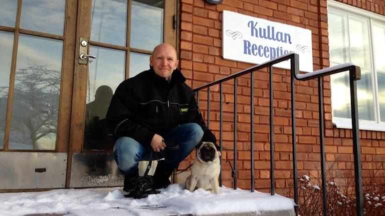 Internatföreståndaren Samuel Mases med hunden Tyra. Foto: Eva Rehnström