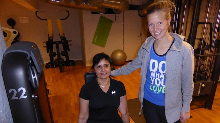 Johanna Mogren Sundqvist instruerar Ila Gandhi på gymmet. Foto: Matilda Eriksson Rehnberg, Sveriges radio.