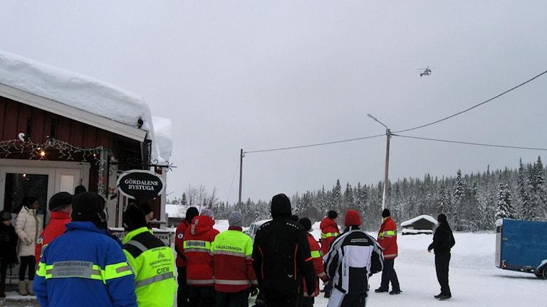 Polishelikoptern med dom återfunna Emilia och Mattias Forsengren på väg att landa. Foto Stefan Ubbesen