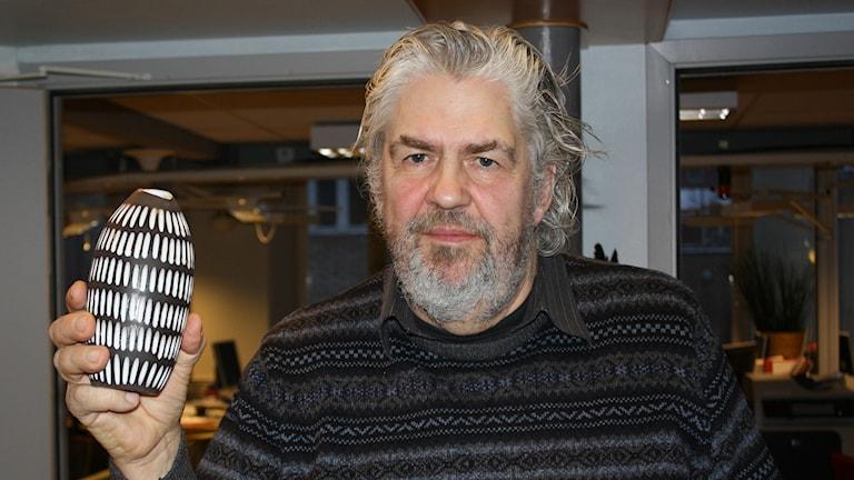 Janne Östensson, antikexpert, med vasen som han värderade till 400 kronor. Foto: Lars Svan/Sveriges Radio.