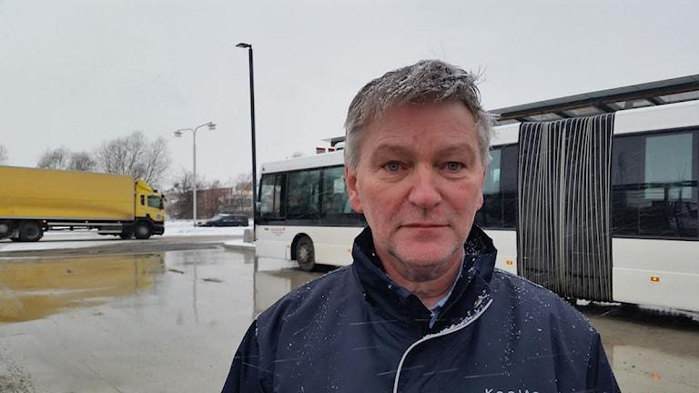 Kenneth Sandberg, Huvudskyddsombud på Keolis vill stoppa trafiken vid Knutpunkten om inget görs. FOTO: Sofie Lind/Sveriges Radio.