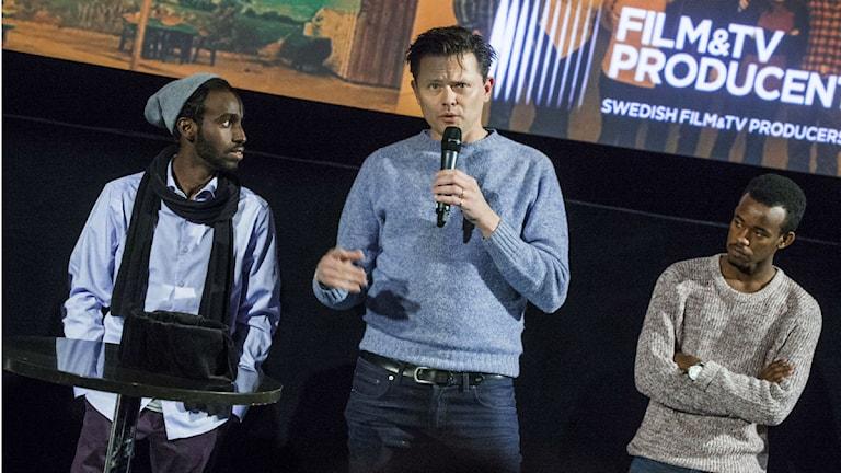 """Fredrik Wikingsson (mitten) är lite nervös över hur filmen """"Trevligt Folk"""" tas emot i Borlänge. FOTO: Claudio Bresciani/TT"""