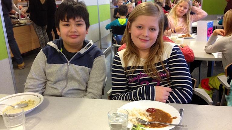 Det händer att Jens Wiberg och Maja Svanström Lewerenz får ont i huvdet av allt buller i Gylleskolans matsal. Foto: Eva Rehnström
