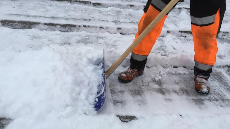 Skottar snö. Foto: Kristian Åkergren.