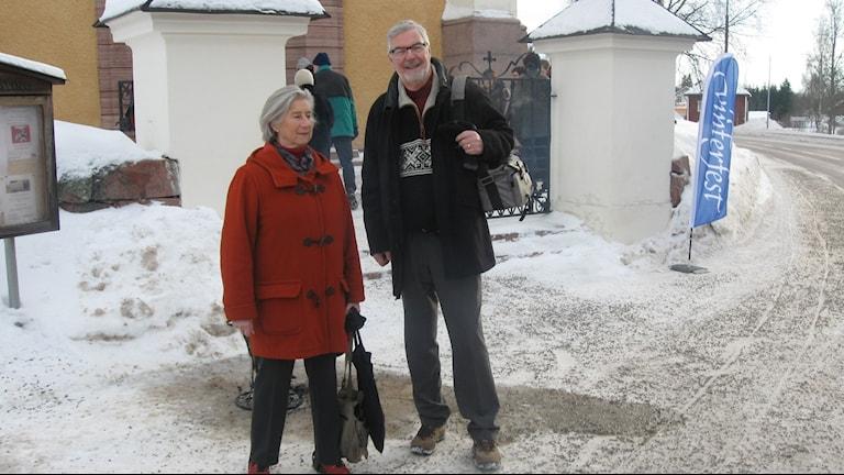 Ulla Domar och Göran Almlöf på väg till Vinterfestkonsert i älvdalens kyrka. Foto: Stefan Ubbesen