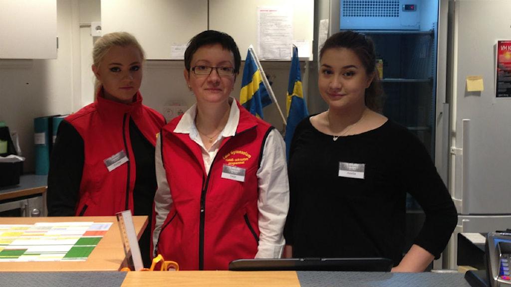 Från vänster eleven Evelina Nilsson, läraren Tanya Ersson och eleven Amelia Dorado. Foto: Lars Svan/ Sveriges Radio