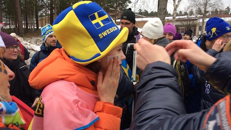 Tatueringsverkstad. Alla vill ha en svenska flagga på kinden. Foto: Mia Dalmans.