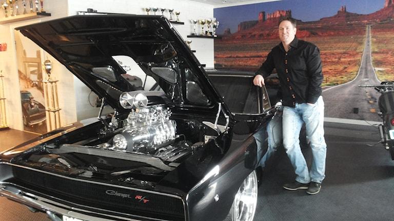 Johan Eriksson i Mora med sin Dodge Charger -68. Foto: Sveriges Radio