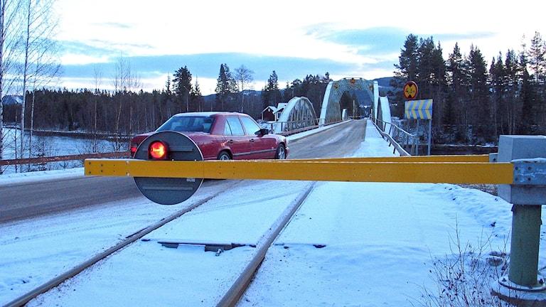 Väg och järnväg på samma bro.