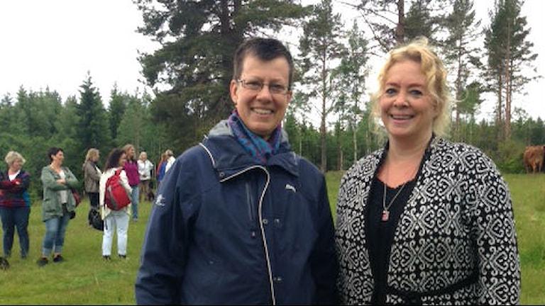 Britta Röjås och Pernilla Eriksson bjuder på kulning. Foto: Karin Casslén/Sveriges radio.