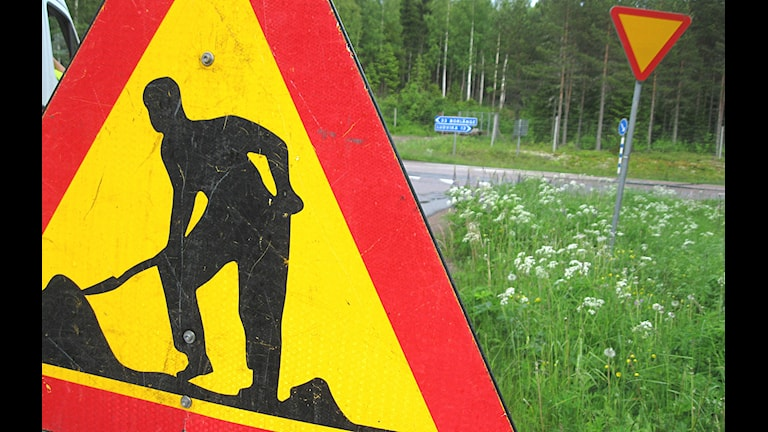 Varningsskylt vid vägarbete.