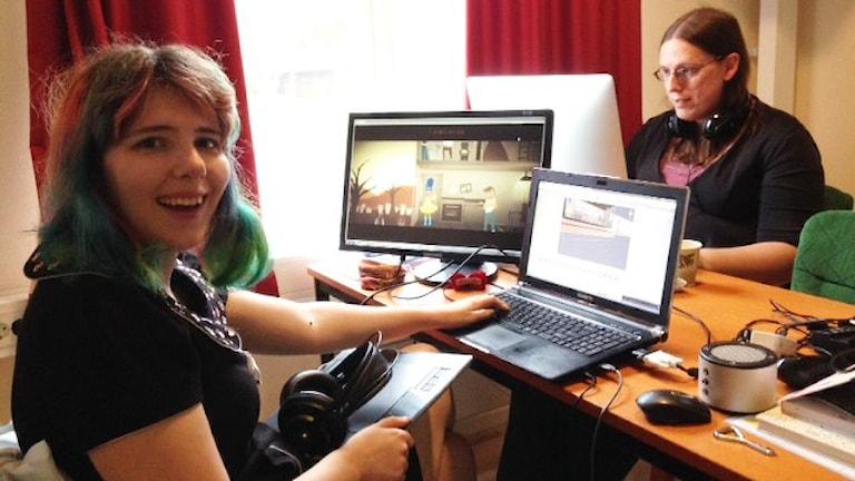 Izzy Gramp från Australien och Amy Roberts från USA designar sina datorspel. Foto: Karin Casslén.
