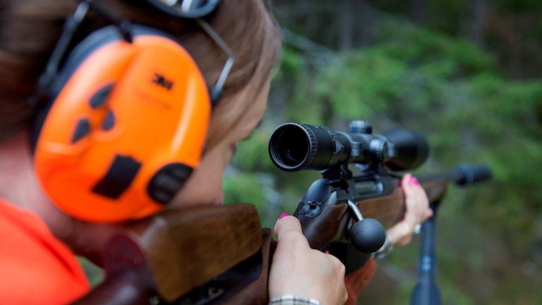 Kvinnlig jägare i skogen