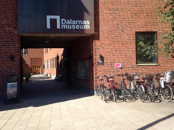 Entré Dalarnas Museum. Maj Björklund har tagit emot många besökare i sommar på Dalarnas museum. Foto: Linn Bäckström/ Sveriges Radio.