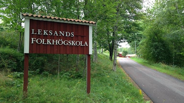 En skylt som välkomnar besökare till Leksands folkhögskola.