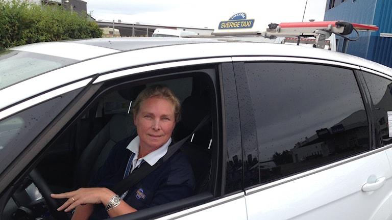 Kicki trivs i sin taxi foto: Sveriges Radio