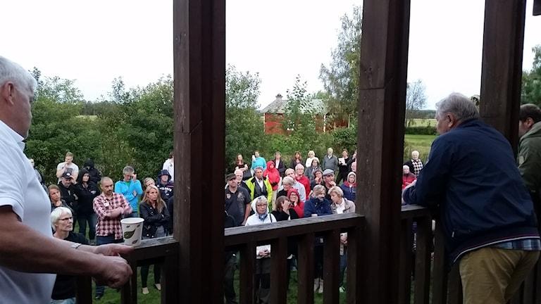 Ett hundratal hade samlats utanför Nåshemmet för att vara med på informationsmötet om det framtida asylboendet. Jenny Nordahl (SD) var en av dem och kan skymtas i bild.