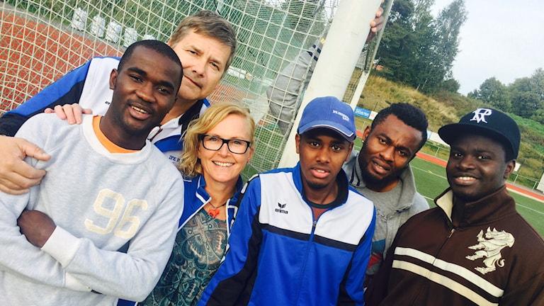 Sheikh Sarr, Kent Hedin, Lillan A Källström, Gedid Abdullahi, Samuel Ekele Ejiofor och Sainey Gibba i IFK Hedemora. Foto: Martin Eriksson / Sveriges Radio.