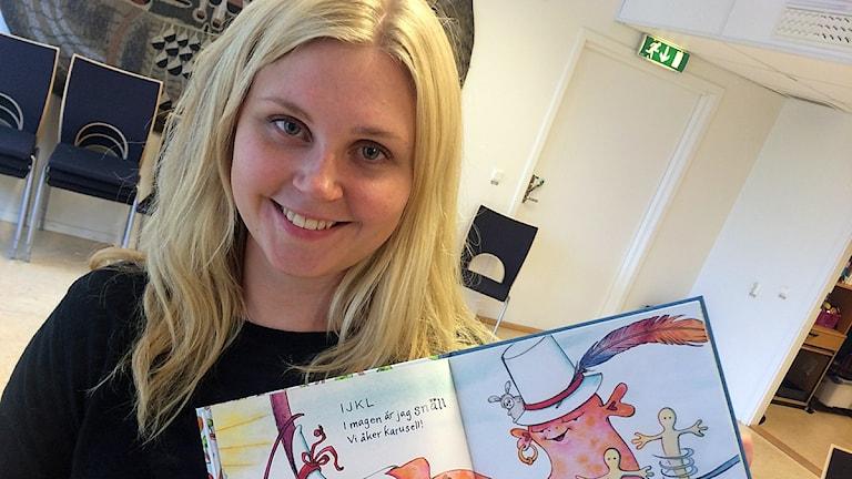 Anneli Salminen med barnboken Modingarna och alfabetet. Foto: Martin Eriksson / Sveriges Radio.