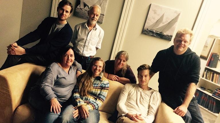 Skådespelarteamet med regissören David Billström längst till vänster. Foto: Martin Eriksson / Sveriges Radio.